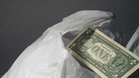 Weiße Plastiktaschen und Geld bereiten Sie überschüssiges Konzept auf Globale Erwärmung und Verunreinigung stock footage