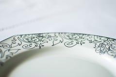 Weiße Platte auf der Tischdecke Stockbilder
