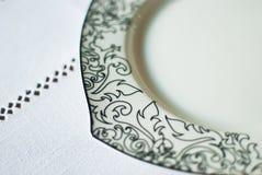 Weiße Platte auf der Tischdecke Lizenzfreie Stockbilder