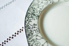 Weiße Platte auf der Tischdecke Lizenzfreies Stockbild