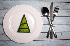 Weiße Platte auf hölzernem Hintergrund des Schmutzes mit Weihnachtsbaum und -silve Lizenzfreie Stockbilder