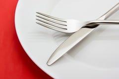 Weiße Platte auf Rot Lizenzfreies Stockfoto
