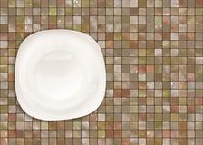 Weiße Platte auf Tabelle. Lizenzfreies Stockbild