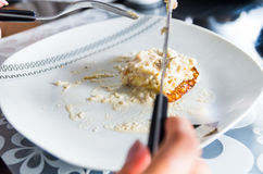 Weiße Platte der Nahaufnahme mit sahnigem Abendessenteller auf Spitzen-, Messer- und Gabelausschnitt in Lebensmittel Lizenzfreie Stockbilder