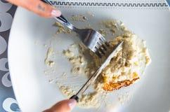 Weiße Platte der Nahaufnahme mit sahnigem Abendessenteller auf Spitzen-, Messer- und Gabelausschnitt in Lebensmittel Stockbilder
