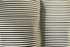 Weiße Platte des Stapels auf Küche Stockfotos