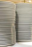 Weiße Platte des Stapels auf Küche Lizenzfreies Stockfoto