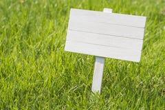 Weiße Platte in einer sonnigen Wiese Stockfotografie