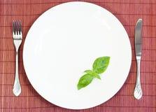 Weiße Platte mit Gabel und Messer Stockfotos