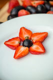 Weiße Platte mit Trauben und Erdbeeren, Sternform Stockbilder