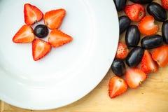 Weiße Platte mit Trauben und Erdbeeren, Sternform Lizenzfreies Stockfoto
