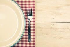 Weiße Platte und Gabel auf Tischdecke Lizenzfreies Stockfoto