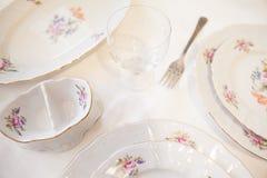 Weiße Platten, eine Gabel, ein Weinglas Stockfotos