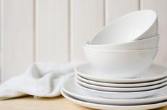 Weiße Platten und Schüsseln Stockfoto