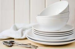 Weiße Platten und Schüsseln Stockbild