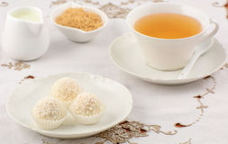 Weiße Pralinen mit Tee Stockfoto
