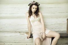Weiße Prinzessin mit Blumenhut lizenzfreie stockbilder