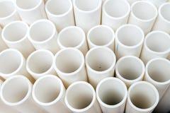 Weiße PVC-Rohre gestapelt auf einer Palette Stockbilder