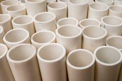 Weiße PVC-Rohre gestapelt auf einer Palette Stockbild