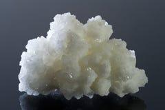 Weiße Quarzkristalle auf reflektierender schwarzer Oberfläche Lizenzfreie Stockbilder