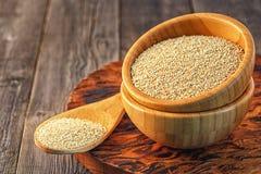 Weiße Quinoa in einer hölzernen Schüssel Lizenzfreies Stockfoto