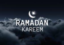 Weiße Ramadan-Grafik mit Aufflackern gegen Wolken nachts Lizenzfreie Stockfotografie