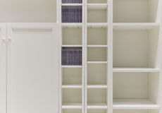 Weiße Regale Stockbild