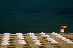 Weiße Regenschirme auf dem Strand Lizenzfreies Stockfoto