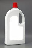 Weiße reinigende Plastikflasche lokalisiert auf Grau Stockbild
