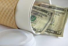 Weiße Reiseschale des Kaffee-Geldes mit Geld Lizenzfreie Stockfotos