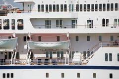 Weiße Rettungsboote auf Kreuzschiff Stockfotos