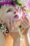 Weiße rosa Maniküre und Make-up stockbild