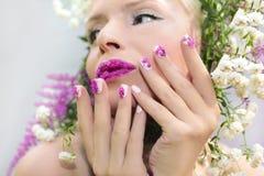 Weiße rosa Maniküre und Make-up stockfoto