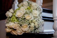 Weiße Rosen auf Treppenhaus Stockbilder