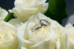 Weiße Rosen an der Hochzeit Stockfotografie
