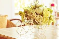 Weiße Rosen in einem Fahrradvase Lizenzfreie Stockbilder
