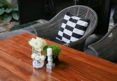 Weiße Rosen in einem GlasVase Stockbilder
