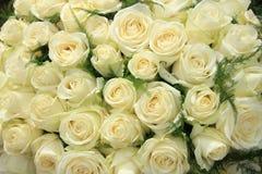 Weiße Rosen in einer Hochzeitsanordnung Stockbilder