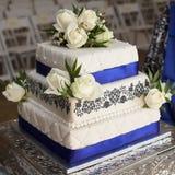 Weiße Rosen-Hochzeitstorte Lizenzfreie Stockfotos