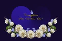 Weiße Rosen mit den Knospen und purpurrotes Singrün mit blauen Herzen auf dunkelblauem Hintergrund Stockfotografie