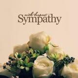 Weiße Rosen mit tiefster Sympathie Stockfoto