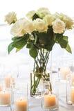 Weiße Rosen und Kerzen Stockbild