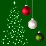 Weiße, rote, grüne Weihnachtsverzierungen u. Baum Stockfoto