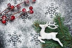 Weiße Rotwild und Schneeflocken Abstraktes Hintergrundmuster der weißen Sterne auf dunkelroter Auslegung Stockfoto