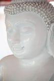 Weiße ruhige Buddha-Statue, die mit geschlossenem Augenabschluß-u meditiert Lizenzfreie Stockbilder