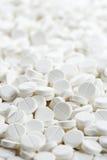 Weiße runde Medizintablette-Antibiotikumpillen Stockfotos