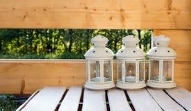 Weiße rustikale Lampen stockbild