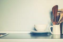 Weiße rustikale Schüssel und Küchen-unterschiedliches Material, Essgeschirr auf Grey Wall Background Stockfotografie