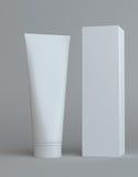Weiße Sahneflasche und hoher Papierkasten Stockbild