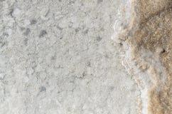 Weiße Salzoberfläche unter klarem Wasser von Baskunchak See, Russland Lizenzfreie Stockfotos